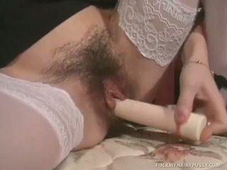 Gina masturbates haar harig muff met monster dildo