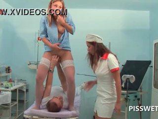 Lusty gynecologist fisten und licking sie patients muschi