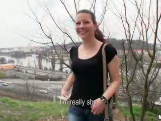 Europees amateur babe flashed en geneukt in publiek