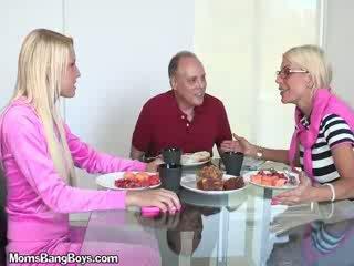 Білявка краля gets манда eaten по boyfriend