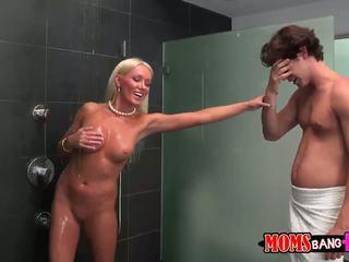 Guy finds zijn gfs stiefmoeder in de douche