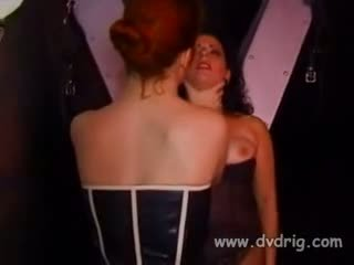 Heet meesteres lark en haar helper michelle gabrielle stropdas omhoog insubordonate slaaf sonja rood naar een oversteken en spank haar zoals een hoer ze is totdat ze cries