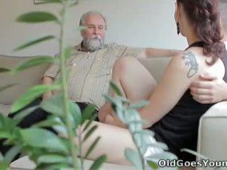 Ilona και αυτήν άνθρωπος are sharing ένα καλός χρόνος όταν αυτός invites του ηλικιωμένων φίλος πέρα
