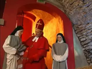 Priest teaches nuns bagaimana untuk apaan dengan mainan video