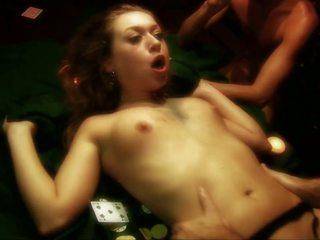 Netīras paklīdusi sieviete gets gangbanged par a pokers tabula līdz trīs