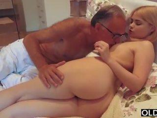 18 yo дівчина цілує і fucks її крок тато в його спальня