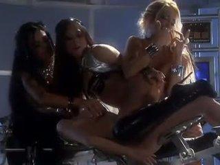 Vier heet lesbiennes in netkousen kniekousen vingeren en licking in kwartet