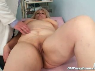 Groot boezem mam gets haar beide holes properly checked