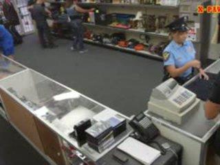 Veliko oprsje policija uradnik pawns ji stuff in nailed da zaslužite denar