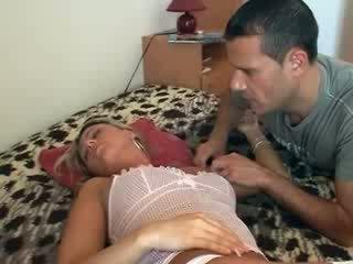 Viņa gets fucked kamēr guļošas