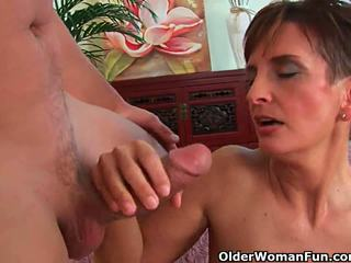 Bored milfs satisfy hun sperma craving