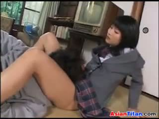 Aasia koolitüdruk ja tema male ori