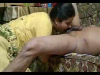 Reāls indieši pāris jāšanās intensely pie mājas ar spermas izšāviens