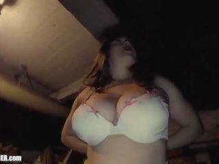 Krūtainas māte ar milzīgs mammīte boobies eats jizz ārā no viņai paša cleavage. pašdarināts titty fucking. amatieri spunk swallowing. britney licks augšup the goo uz a minisvārki un ciešas dd bra.