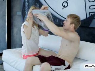 Chặt chẽ cô gái tóc vàng thiếu niên linda tóc rậm âm hộ banged trên các đi văng