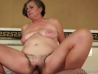 Mollig grandmas vs jong cocks
