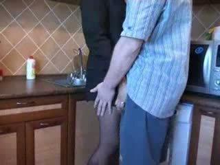 Karstās māte fucked uz virtuve pēc viņai husbands funeral video