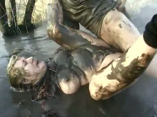 Obraznic porno performanță închidere pentru o al naibii bunica having got laid în the mud