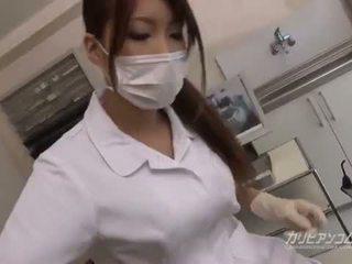 Rondborstig dokter babe neuken met haar gelukkig patiënt
