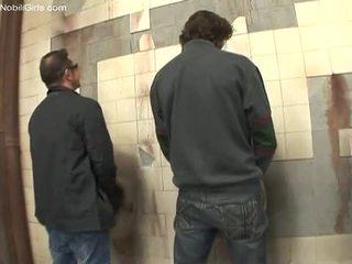 Mulatta cocksucker doing suo lavoro dentro il toilette