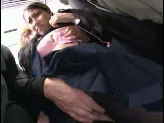 Innocent babe betast naar orgasme op een bus