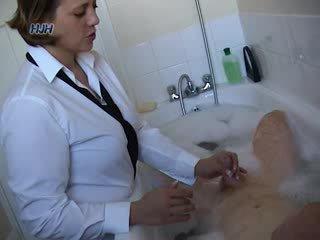 Guy sa a bath getting a pagtatalik na pangkamay from an opisina worker