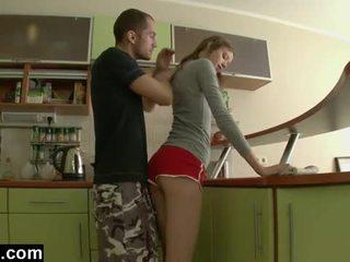 Eerste tijd anaal in de keuken