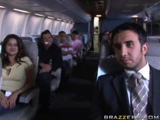 Fierbinte fete having sex în o airplane xxx