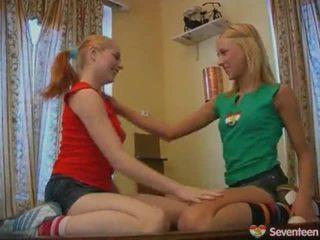 Tiener lesbisch nymphs onto zwembad tafel