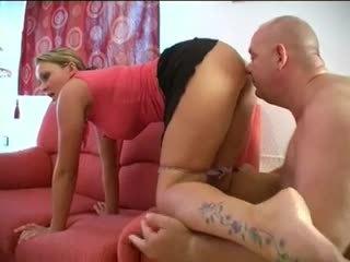 Viņa farts, viņš sniffs un licks viņai pakaļa un cunt! amatieri!