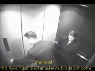 Poulette sucks son boss à elevator pour une payer augmenter