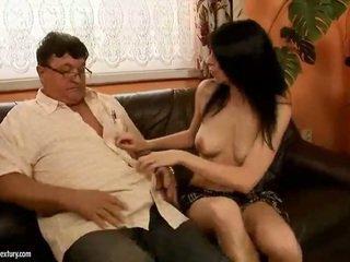 Gelukkig grootvader fucks heet meisje