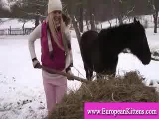 女士 pleasing 她自己 在 該 stables 同 一 玩具