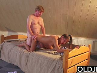 Starý a mladý porno násťročné fucked podľa starý človek v pička a