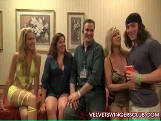Velvet swingers esposas follando y chupando otro guys