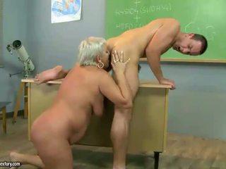 Madura profesora follando con su estudiante