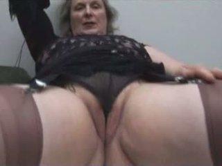 Krūtainas vecmāmiņa uz zeķe shows no briest cameltoe