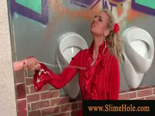 Rijpere blondine spelen met lul gets covered in bukkake slime