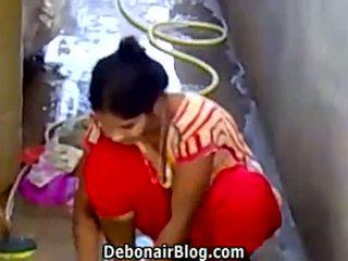 Sexy desi vogëlushe washing clothes tregon ndarje midis gjinjve ca