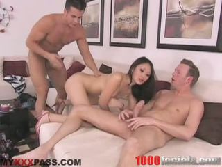 Сексуальна азіатська doxy evelyn lin taking a lively shlong в її рот подібно a льодяник на паличці