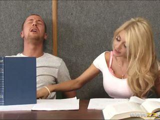 Partner multipli un arrapato bionda dentro in classe