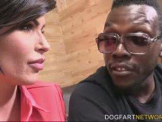 Shay fox comforts ein schwarz guy von having sex mit ihm