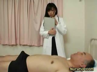 हॉर्नी जपानीस नर्स gives हाथ काम