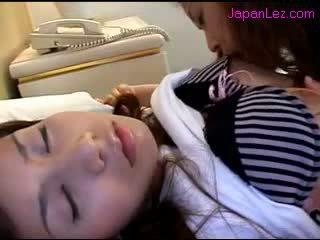 เอเชีย หญิง getting เธอ หัวนม sucked หี rubbed ในขณะที่ 3 rd หญิง นอน บน the เตียง