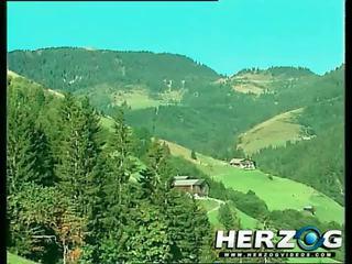 Heidi loves a labs un uzbudinātas mountain jāšanās