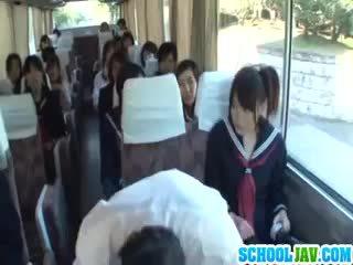 Thiếu niên trên một công khai xe buýt puts cô ấy đối mặt trong một xe buýt rider lap