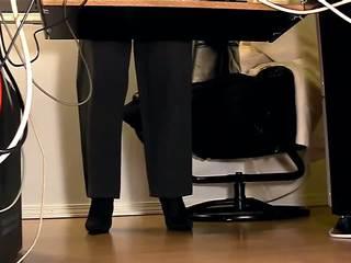 Secretaries zem galds slēpts kamera masturbation