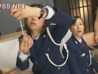 Hapon female bilangguan guards magkantot their inmates