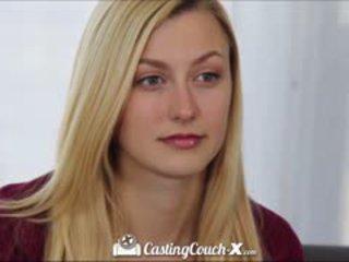 Kásting couch-x blondýna roztlieskavačka shows preč na semeno