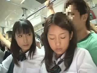 Two schoolgirls haparoi sisään a bussi